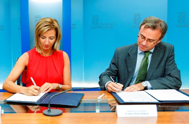 Alicia García, consejera de Familia e Igualdad de Oportunidades y el Director general de Iberdrola Clientes, Aitor Moso en el momento de la firma