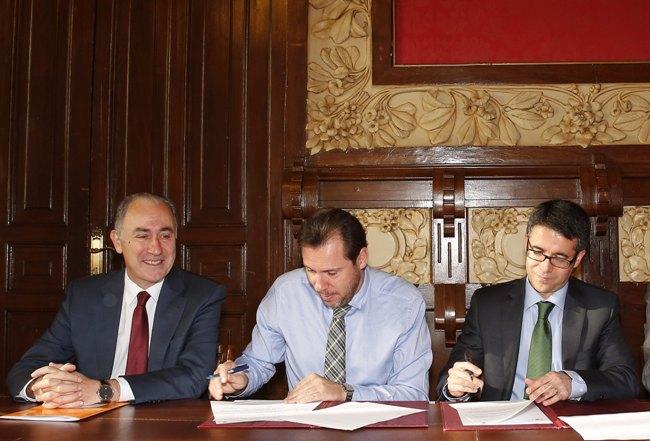 De izquierda a derecha: Antonio Gato, concejal de Hacienda del Consistorio; Óscar Puente, alcalde del Ayuntamiento de Valladolid, y Celiano García, delegado comercial de Iberdrola en Castilla y León.