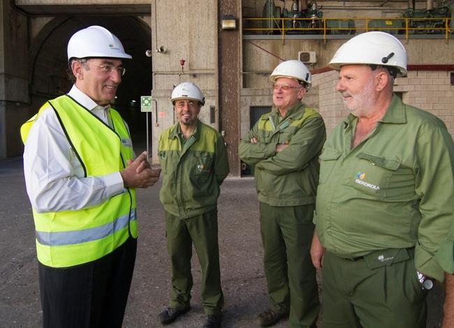 El Presidente de Iberdrola, Ignacio Galán, con trabajadores de la compañía.