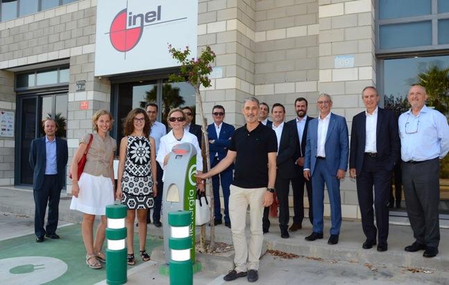 El consejo de administración de Fenie Energía inaugura el primer punto de recarga instalado en la sede de la empresa delegada Inel en Ontiyent (Valencia)