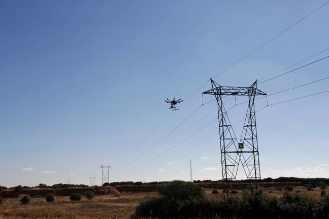 dron-supervisando-una-linea-electrica