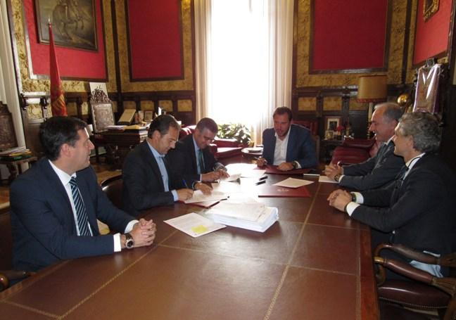 Representantes de Gas Natural Fenosa con miembros del Ayuntamiento vallisoletano