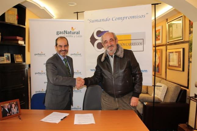 El director general de Gas Natural Castilla y León (a la izquierda) con el presidente de la Fundación Carriegos