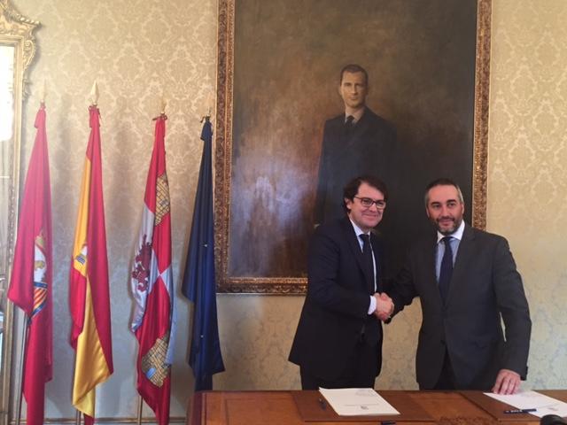 Momento de la firma del acuerdo entre el Alcalde de Salamanca y José Manuel Toral.
