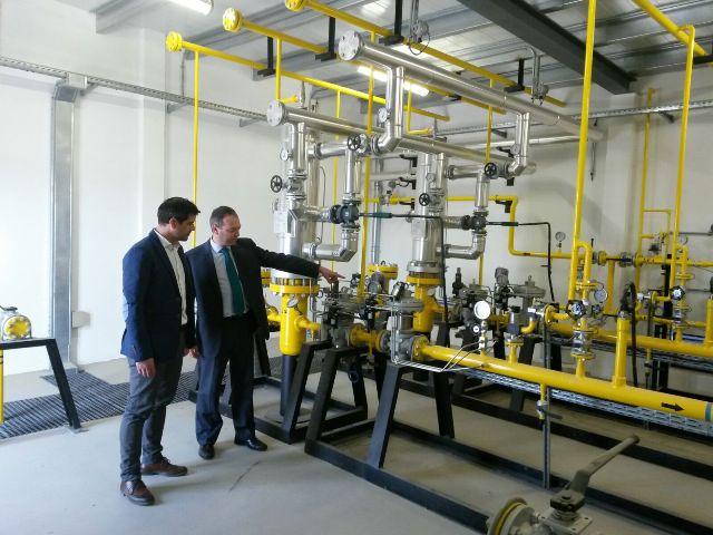 El alcalde del municipio junto al delegado de Redexis Gas en su visita a las instalaciones.